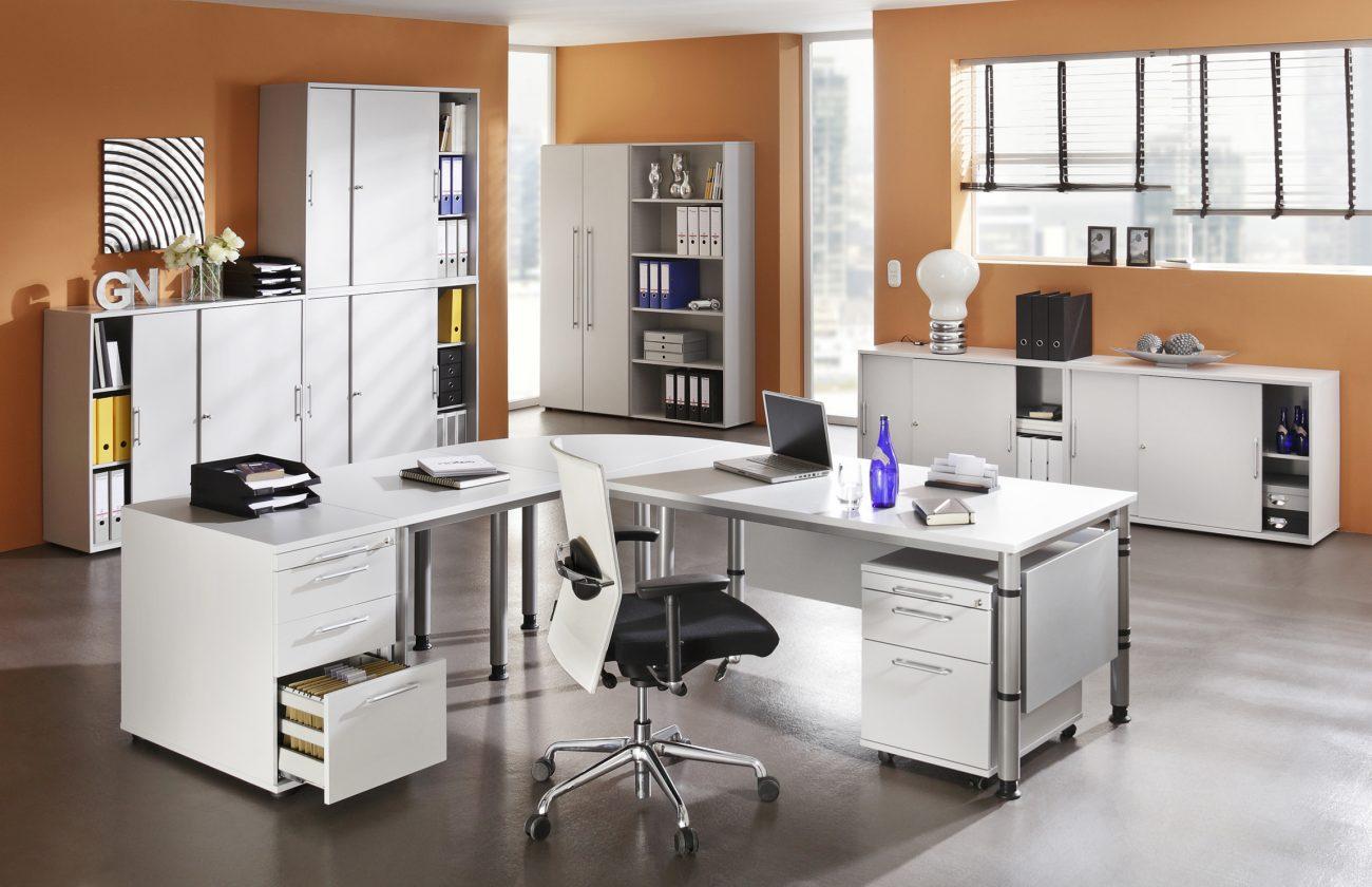 Moderne büroeinrichtung  Moderne Büroeinrichtung mit Winkelschreibtisch-Kombination und ...