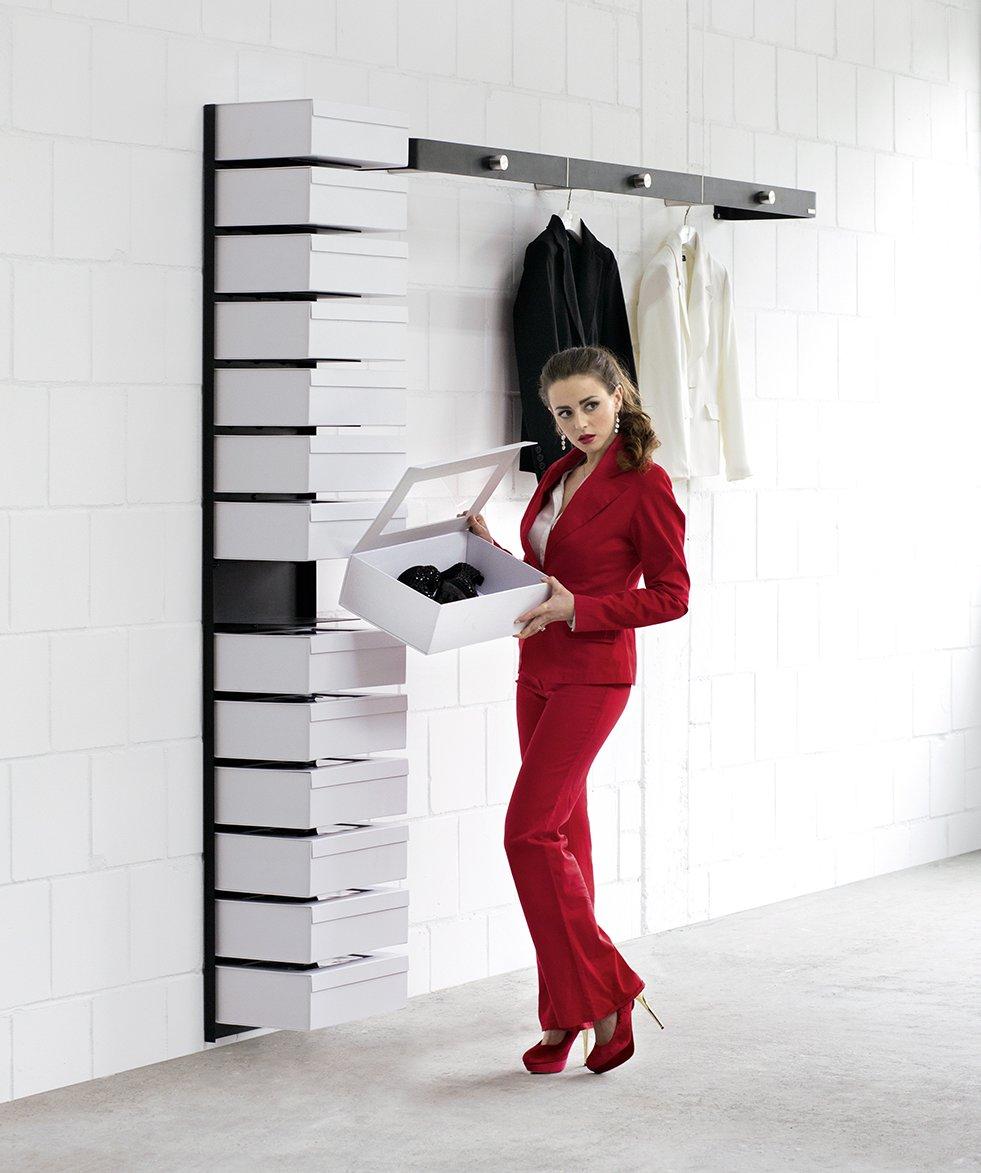 elegantes schuhwandregal mit 14 geschlossenen schuhboxen und frontspiegel. Black Bedroom Furniture Sets. Home Design Ideas