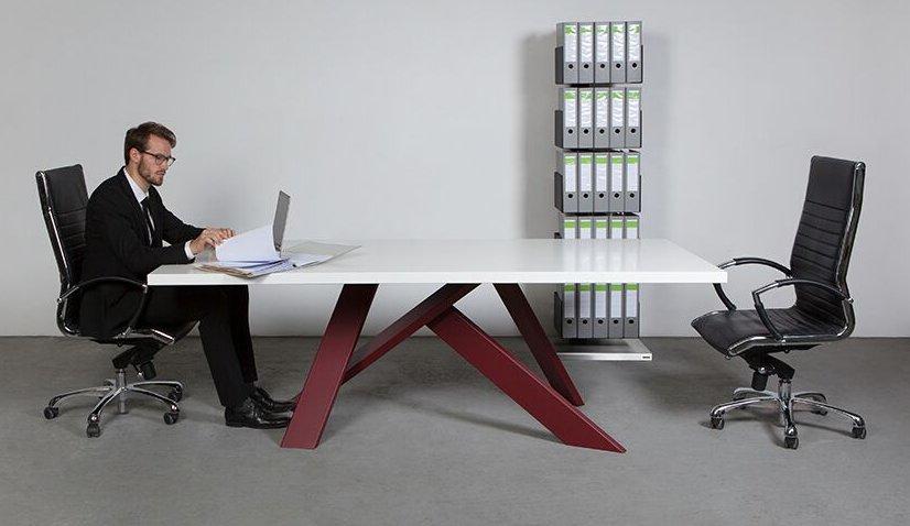 repr sentativer besprechungstisch schr g angeordneten tischbeinen. Black Bedroom Furniture Sets. Home Design Ideas